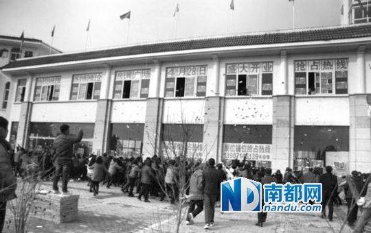"""2月14日,信阳房企""""撒钱""""宣传现场。 资料图片"""