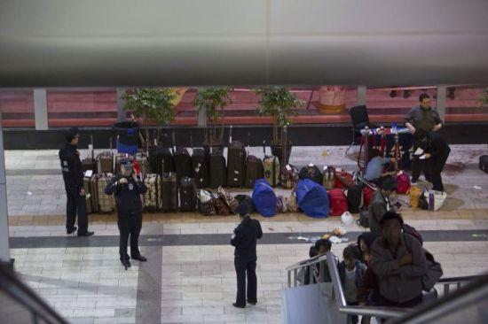 3月1日晚,昆明火车站,无人认领的行李。
