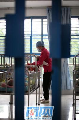工作人员在照顾收留的婴儿。郭智军 摄