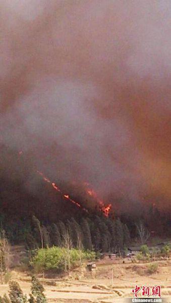 四川西昌市发生森林火灾 对泸山风景区构成潜在威胁