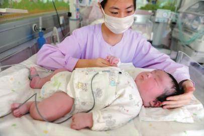 林省妇幼保健院生下12.5斤重的孩子.分娩过程中曾出现困难,但最