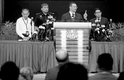 昨天,马方发布会在吉隆坡举行,代理交通部长希沙姆丁(左三)在发布会上答记者问。中新社发