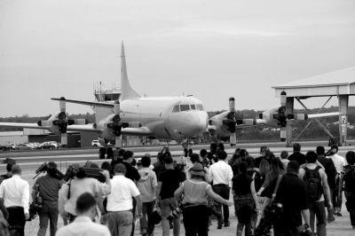 昨天,澳海事安全局宣布因天气恶劣暂停搜寻行动,图为澳空军飞机停在皮尔斯空军基地,媒体记者现场采访。新华社发