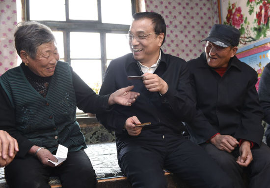 在赤峰翁牛特旗橋頭鎮太平莊村民溫樹成家中,李克強仔細詢問低保、養老保險有多少,怎么領。