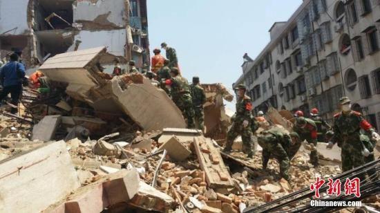 4月4日早上九点,位于浙江省宁波奉化市大成路居敬小区一幢5层居民房发生倒塌。图为紧急救援现场。张慧慧 摄