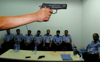 在一堂枪械教学课上,教官向参训民警们讲解警用手枪的特点和正确握姿。(资料图片)京华时报记者董世彪摄
