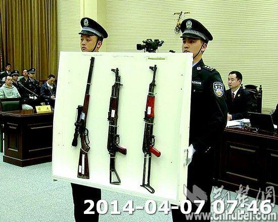 图为:检方向法庭展示涉黑枪支。(本报报道组 摄)