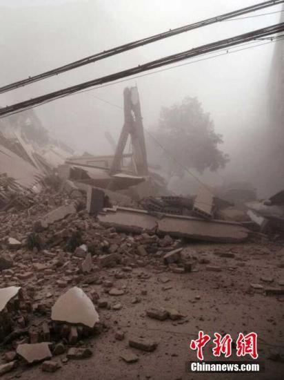 4月4日早上九点,位于浙江省宁波奉化市大成路居敬小区一幢5层居民房发生倒塌。图为事故现场。钟新 摄
