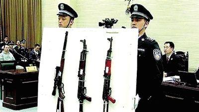 当庭所展示的17支枪中,有滑膛枪及各类制式手枪等,其中包括两支军用步枪。17支枪还只是本案的部分枪支。