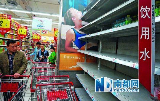 昨日,在兰州市一超市,货架上的瓶装水已基本售空。 中新社发