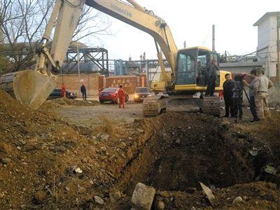 昨晚7时许,西固区桃园社区西侧,施工人员挖掘出自流沟。该自流沟约四米宽、三米高,埋在地下约一米深。新京报记者 王瑞锋 摄