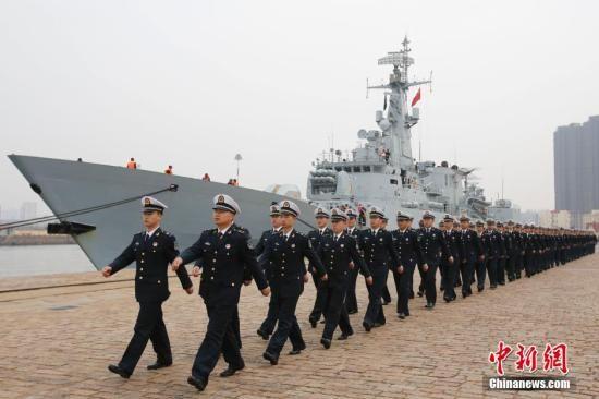 """4月20日,中国海军举行仪式欢迎参加""""海上合作-2014""""多国海上联合演习的各国军舰抵达青岛大港码头。中新社发 盛佳鹏 摄"""