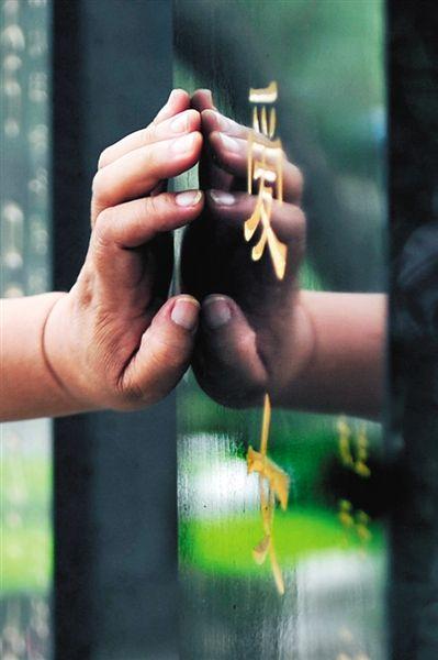 2012年7月14日,北京万佛园。很多父母相约看望各自的孩子,他们有着共同的身份,失独者。新京报记者 尹亚飞 摄