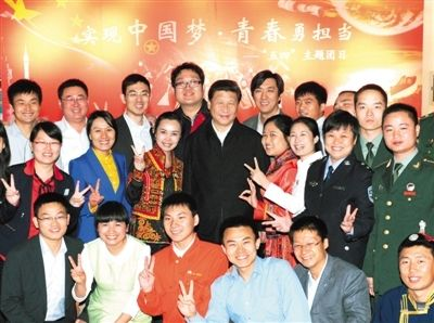 2013年5月4日,习近平和青年代表合影。当日,习近平来到中国空间技术研究院,同各界优秀青年代表座谈。新华社发