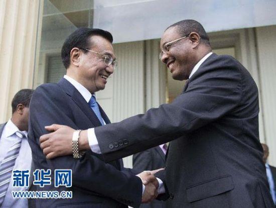 5月4日,中国国务院总理李克强在亚的斯亚贝巴与埃塞俄比亚总理海尔马里亚姆举行会谈。这是共同会见记者后,李克强与海尔马里亚姆握手。新华社记者 李学仁摄