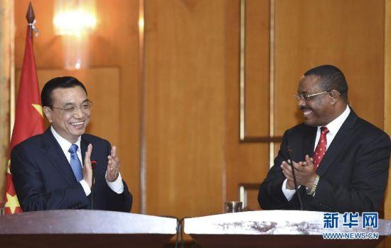 5月4日,国务院总理李克强在亚的斯亚贝巴与埃塞俄比亚总理海尔马里亚姆举行会谈。这是会谈结束后,李克强与海尔马里亚姆共同会见记者。新华社记者 李学仁 摄