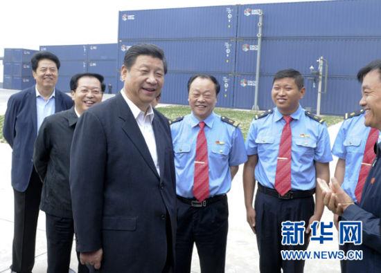 这是5月10日上午,习近平在郑州国际陆港同郑欧国际货运班列机组人员交谈。新华社记者张铎摄