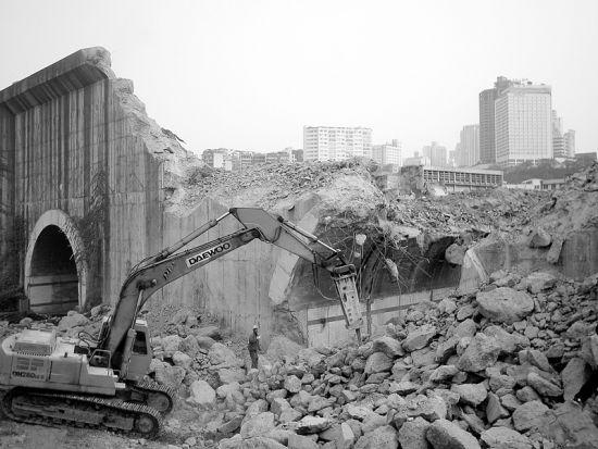 风水先生认为重庆南桥头隧道挡住了南岸地区的发展,同时对谭栖伟的仕途也有影响。2004年11月2日,长江大桥南桥头过山隧道被挖开。不到两年后谭栖伟升任重庆市副市长 供图/CFP