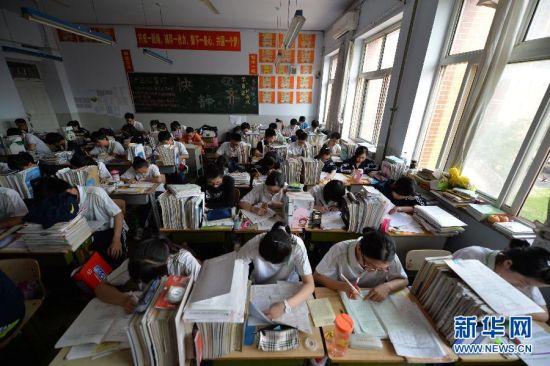 图为5月20日,河北邢台一中高三毕业班的学生在教室内复习备考。 2014年全国高考即将拉开大幕,备考复习进入关键阶段,考生们抓紧时间,查漏补缺,进行最后冲刺。 新华社记者 朱旭东 摄
