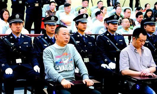 图为:23日,被告人刘汉(前左)、唐先兵(前右)均被咸宁中院一审宣判死刑。后者是杀害熊伟的直接凶手。(本报报道组 摄)