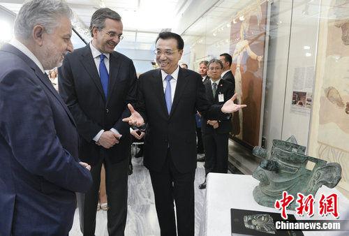 当地时间6月21日上午,中国国务院总理李克强与希腊总理萨马拉斯共同出席希腊伊拉克利翁博物馆新馆开馆仪式并发表讲话,李克强总理向博物馆赠送了三星堆出土文物复制品。