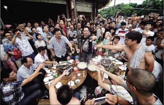 在玉林最出名的狗肉馆高佬美食大排档,一桌玉林食客正在庆祝夏至狗肉节,期间不停高喊支持吃狗肉的言论,引得不少在场市民叫好。 本版摄/特派玉林记者 刘畅