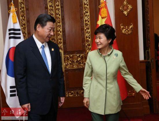 资料图片:2013年10月7日,国家主席习近平在印度尼西亚巴厘岛会见韩国总统朴槿惠。新华社记者 庞兴雷 摄