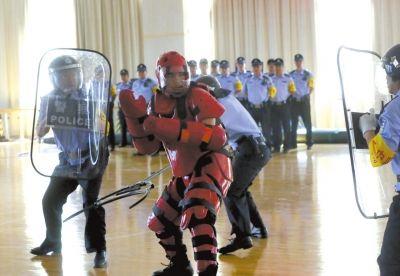 北京警方用真刀演练反恐袭:民警手被砍中流血