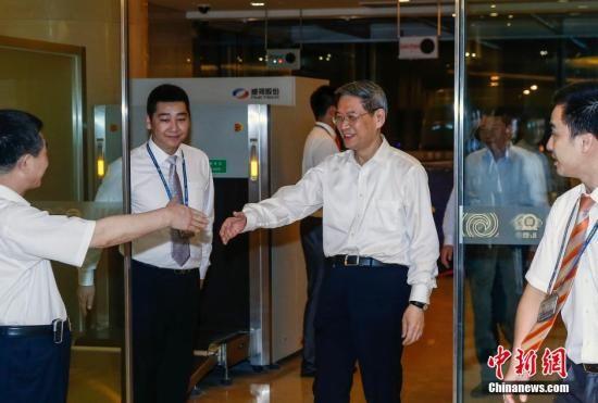 6月28日晚,国务院台湾事务办公室主任张志军结束访台行程,抵达北京首都机场,图为张志军在机场准备和国台办接机人员握手。中新社发 张浩 摄
