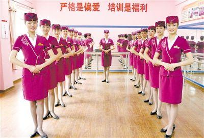 """为了做好长途动车的服务工作,重庆客运段的""""动妹""""们进行了包括业务知识、服务礼仪、双语播音等培训。"""