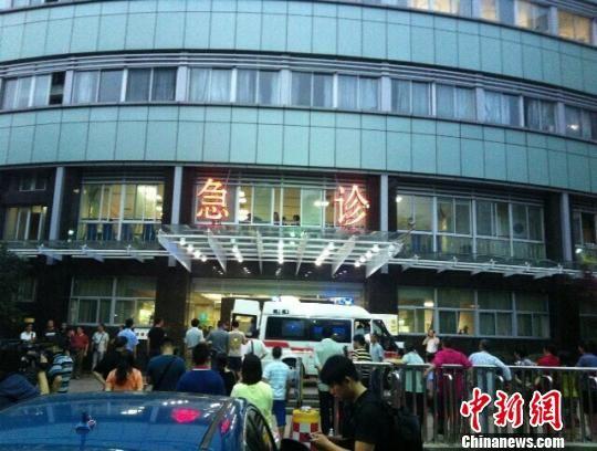 图为燃烧公交车伤员被送往医院。 江耘 摄
