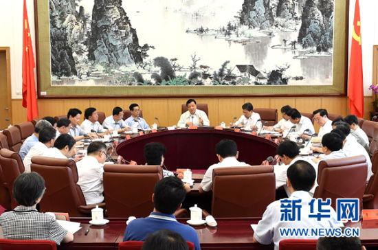 7月5日,中共中央政治局常委、中央党的群众路线教育实践活动领导小组组长刘云山在北京主持召开中央党的群众路线教育实践活动领导小组会议。新华社记者 刘建生 摄