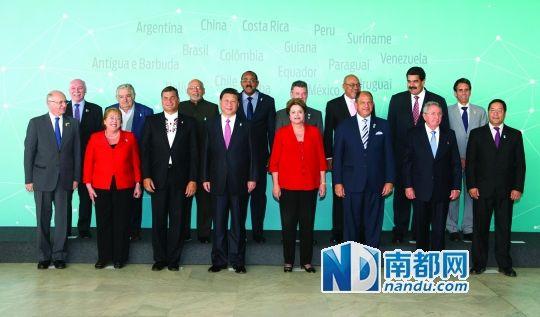 """与拉美和加勒比国家领导人和代表集体合影. 新华社发"""">-中国 拉共图片"""