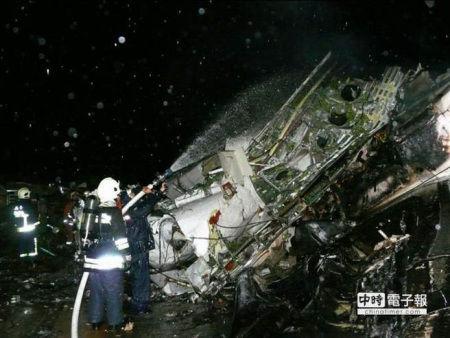 """复兴航空一班由高雄飞往澎湖马公的GE222航班23日晚间迫降失败,造成数十人死伤,警察、消防、军方总动员冒雨、摸黑抢救。台湾""""中时电子报""""图"""