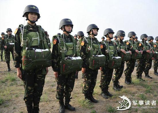 解放军首支陆军女子特战连伞降训练曝光 组图
