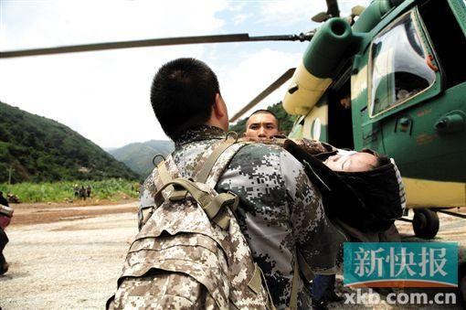 4日是云南鲁甸地震的第二天,救援人员抢抓震后72小时黄金救援期,展开全力搜救。在云南鲁甸地震震中龙头山镇,军用直升机在转运伤员。据新华社