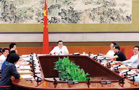 研讨 2014年7月14日,中共中央政治局常委、国务院总理李克强在北京主持召开经济形势座谈会,听取部分中央企业、地方国企和民营企业负责人的看法和建议。