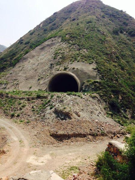 大峪口村的后山上,留下了一条百来米长的隧道,高约10米、宽约20米,至今闲置。