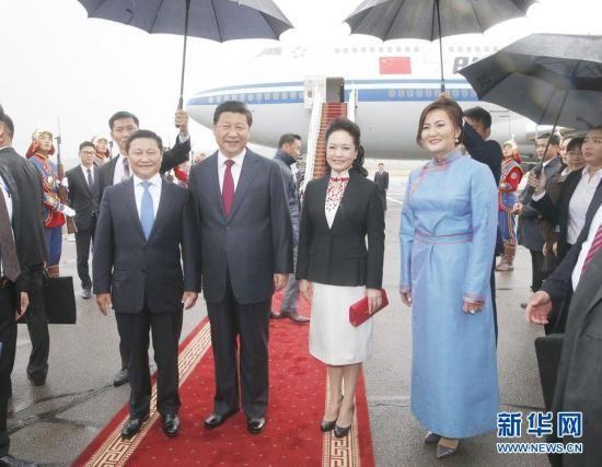 8月21日,国家主席习近平抵达乌兰巴托,开始对蒙古国进行国事访问。习近平和夫人彭丽媛在机场受到蒙古国总理阿勒坦呼亚格夫妇热情迎接。新华社记者 鞠鹏 摄