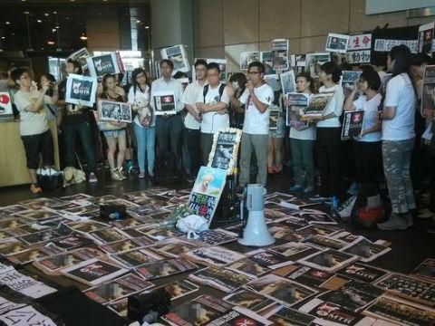 昨天下午,近百人在港铁总部外抗议。