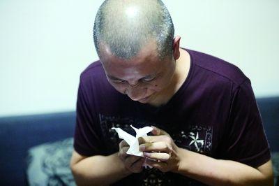 念斌在接受采访时说到伤心之处,不禁落泪 摄/法制晚报记者 田宝希