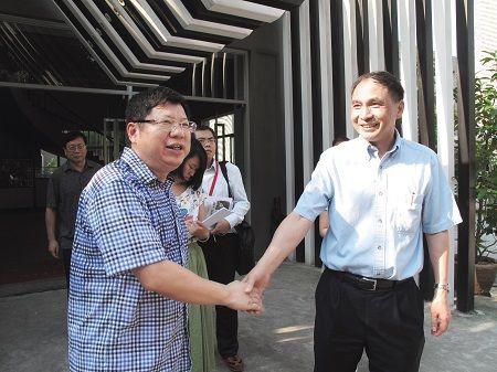 2012年,郑永年(右一)在广东顺德工业设计城调研。