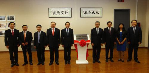 2014年9月2日,外交部全球领事保护与服务应急呼叫中心启动仪式在京举行。外交部长王毅出席启动仪式,为呼叫中心揭牌。