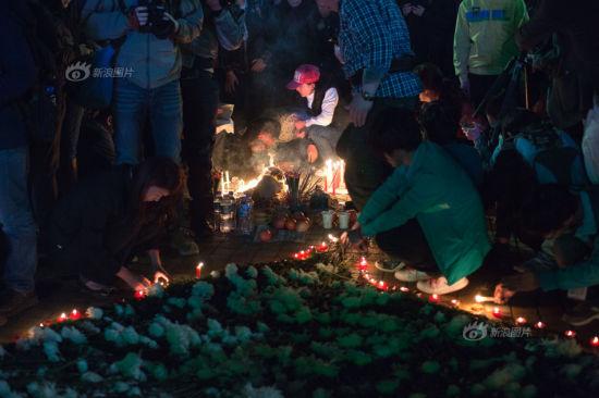 3月7日晚9点,遇难者家属来到昆明火车站广场上祭奠亲人。