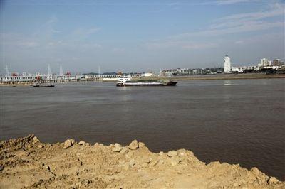 9月24日,葛洲坝附近江段。水面下即是中华鲟的产卵场,这里每天不断有货船通过该片水域,江面上停泊着附近渔民的渔船。