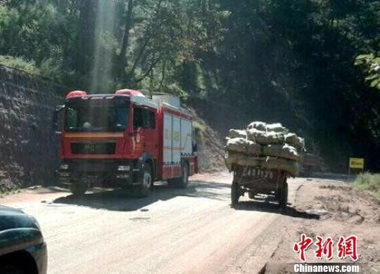 凉山消防支队首批派出的越西大队1车6人、昭觉大队1车8人已紧急赶往震灾区救援。 巫明杰 摄