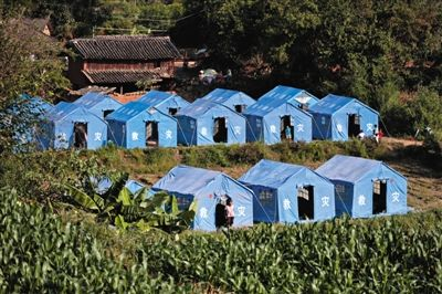 昨日,云南省景谷县永平镇芒费村地震中70受损户,部分村民安置在帐篷里。 新京报首席记者 陈杰 摄