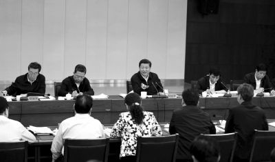 5月9日,习近平到河南省兰考县,指导兰考县委常委班子专题民主生活会并发表重要讲话。新华社发