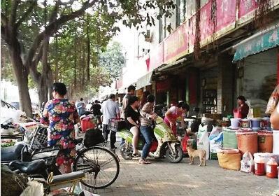"""记者走访几家调味品店后发现,""""大壳香粉""""等产品已难寻踪迹。东南快报"""