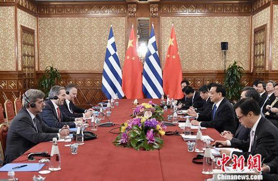 当地时间10月16日上午,中国国务院总理李克强在意大利米兰会见希腊总理萨马拉斯。 中新社记者 刘震 摄